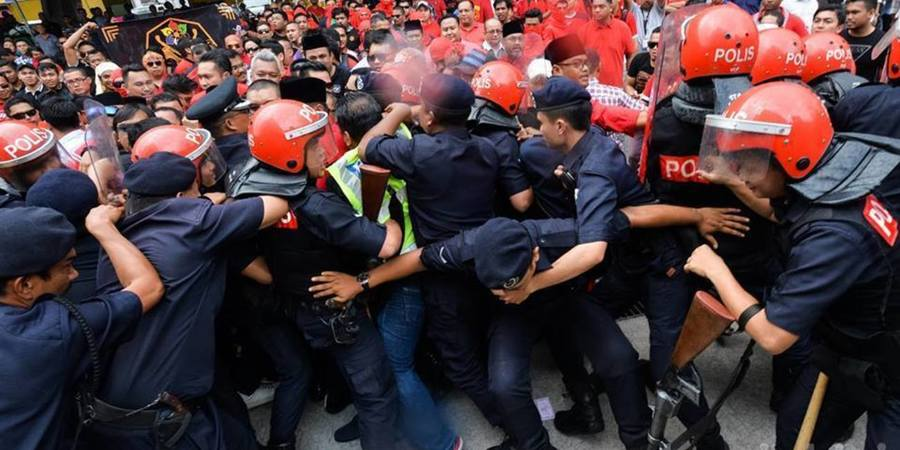 ​Umno Supporters Clash With Police At DAP HQ